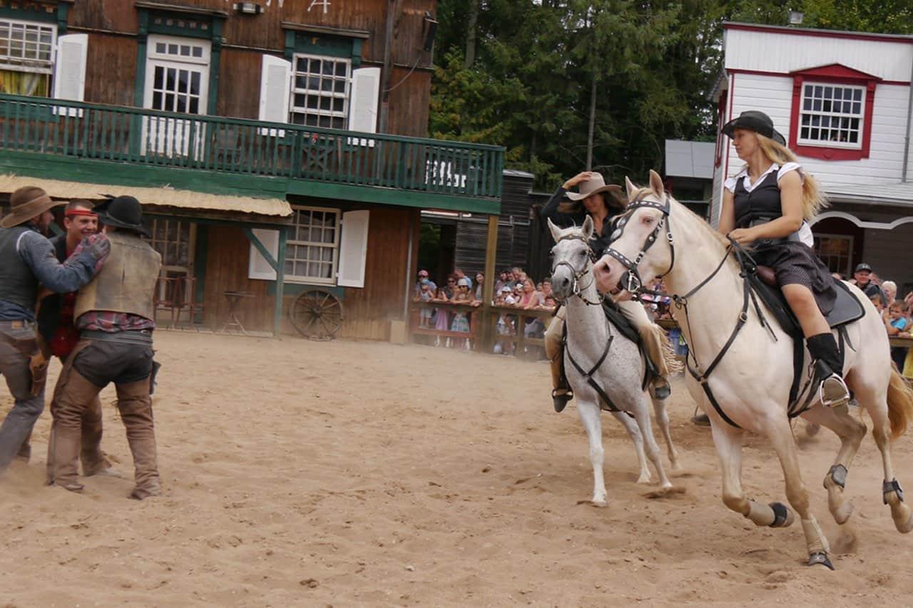 westernshow mit pferden in aktion