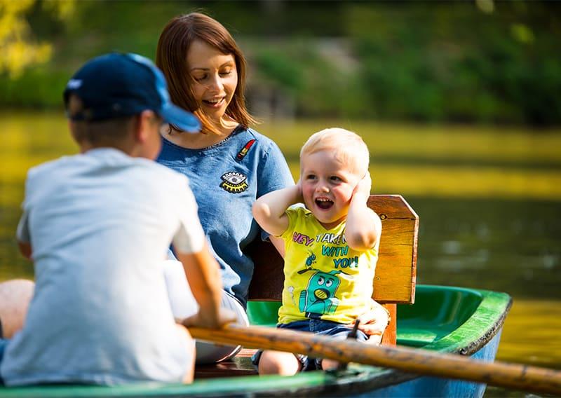 ruderboot auf dem wasser mit mutter und zwei kindern auf schloss thurn