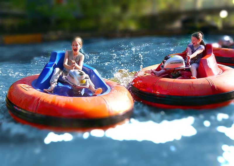 zwei Mädchen haben spass mit der attraktion bumperboat