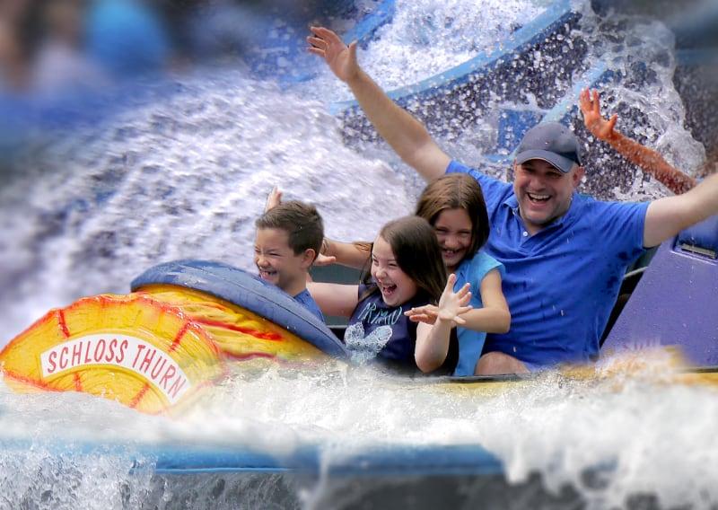 familie fährt wildwasserbahn